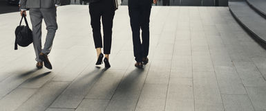 Geschäftsleute Mann-Frauen-Weg-Kollege- stockfotos