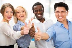 Geschäftsleute mit den Daumen oben Lizenzfreie Stockbilder