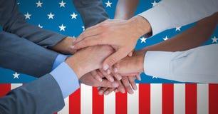 Geschäftsleute mit den Händen zusammen gegen amerikanische Flagge Lizenzfreie Stockfotos