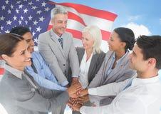 Geschäftsleute mit den Händen zusammen gegen amerikanische Flagge Lizenzfreies Stockbild