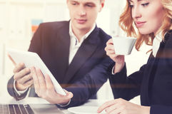 Geschäftsleute mit einer Tablette in der Büronahaufnahme Stockbild