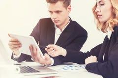Geschäftsleute mit einer Tablette im Büro Lizenzfreies Stockfoto
