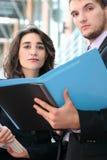 Geschäftsleute mit Faltblättern Stockbild