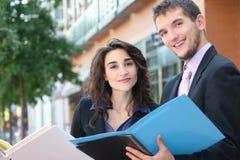 Geschäftsleute mit Faltblättern Lizenzfreies Stockbild