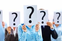 Geschäftsleute mit Fragezeichen Stockfotografie