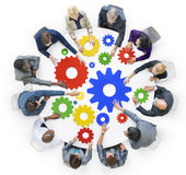 Geschäftsleute mit Gängen und Teamwork-Konzept Lizenzfreies Stockbild
