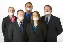 Geschäftsleute mit ihren Mündern auf Band aufgenommen geschlossen lizenzfreie stockfotos