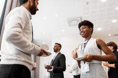 Geschäftsleute mit Konferenzausweisen und -kaffee lizenzfreies stockbild