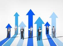 Geschäftsleute mit steigendem Pfeil Stockbilder
