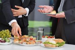 Geschäftsleute am Mittagessenbuffet stockfotos