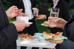 Geschäftsleute am Mittagessenbuffet stockfoto