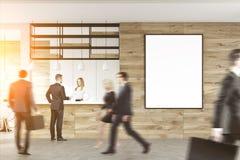 Geschäftsleute nähern sich Aufnahmeschreibtisch Lizenzfreies Stockfoto