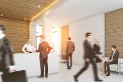 Geschäftsleute nähern sich Aufnahmeschreibtisch, Seite Stockfoto