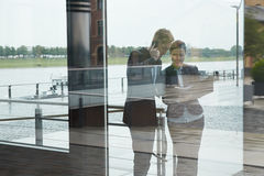 Geschäftsleute nahe bei Büro in der Stadt Lizenzfreies Stockfoto