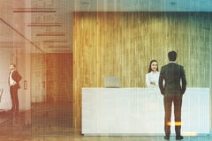Geschäftsleute nahe einer Aufnahme im Büro getont Stockfoto