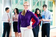 Geschäftsleute oder Team im Büro Lizenzfreie Stockbilder