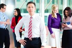 Geschäftsleute oder Team im Büro Stockfotografie