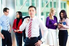 Geschäftsleute oder Team im Büro Lizenzfreies Stockbild