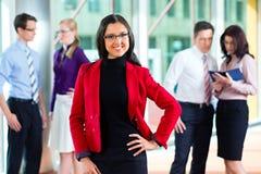 Geschäftsleute oder Team im Büro Lizenzfreies Stockfoto