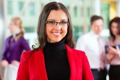 Geschäftsleute oder Team im Büro Stockfotos