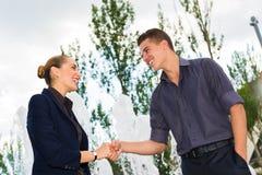 Geschäftsleute rütteln Hände Stockfotos