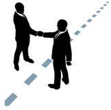 Geschäftsleute rütteln Hände sich einig sind über punktierte Zeile Lizenzfreie Stockfotografie