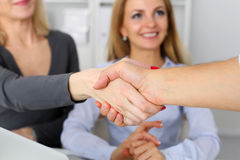 Geschäftsleute rütteln Hände wie hallo im Büro lizenzfreie stockfotografie