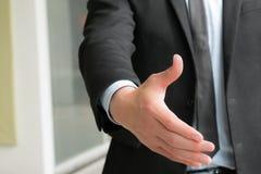 Geschäftsleute rütteln Hand, um Sie, unscharfen Hintergrund zu beschäftigen Stockfotos