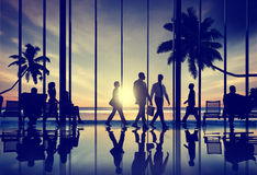 Geschäftsleute Reise-Strand-Reise-Flughafenabfertigungsgebäude-Konzept- stockbild