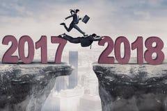Geschäftsleute in Richtung zu Nr. 2018 in der Klippe stockfotografie