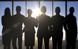 Geschäftsleute Schattenbilder über Bürohintergrund Stockfotografie
