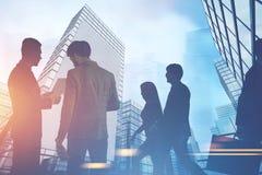 Geschäftsleute Schattenbilder in einer blauen Stadt Lizenzfreie Stockfotos