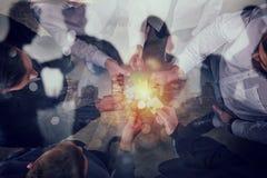 Geschäftsleute schließen sich Puzzlespielstücken an Konzept der Teamwork und der Partnerschaft Doppelte Berührung stockfotos