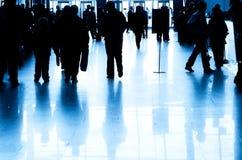 Geschäftsleute silhouettieren im modernen Innenraum Stockfotografie