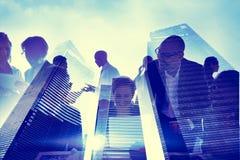 Geschäftsleute silhouettieren transparentes Gebäude-Konzept Stockfotografie
