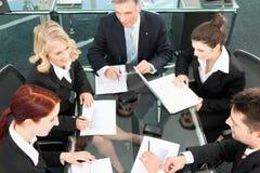 Geschäftsleute - Sitzung in einem Büro Stockfotografie