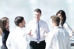 Geschäftsleute Team, das im modernen Büro arbeitet stockfotos