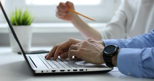 Geschäftsleute team im modernen Büro, das zusammenarbeitet und etwas auf Laptop bespricht stock video footage