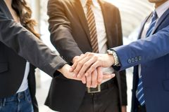 Geschäftsleute Teamwork, die Hände stapelt stockfotos