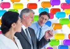 Geschäftsleute am Telefon mit glänzenden Chatblasen Stockfotografie