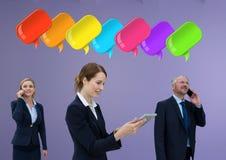 Geschäftsleute am Telefon mit glänzenden Chatblasen Lizenzfreie Stockfotos