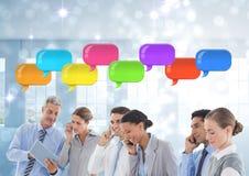 Geschäftsleute am Telefon mit glänzenden Chatblasen Lizenzfreie Stockbilder