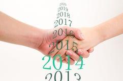 Geschäftsleute und Frauen rütteln Hände Lizenzfreies Stockfoto