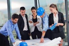 Geschäftsleute und Ingenieure auf Sitzung lizenzfreie stockfotos