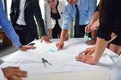 Geschäftsleute und Ingenieure auf Sitzung lizenzfreies stockbild