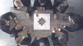Geschäftsleute und Puzzlespiel stock video
