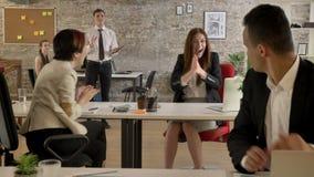 Geschäftsleute von Mischethnie in der Bürofunktion und plötzlich in kaukasischer Frau, die das Zujubeln, jeder applaudierend begi stock video