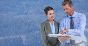 Geschäftsleute vor Wald lizenzfreies stockbild