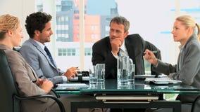 Geschäftsleute während einer Sitzung stock video