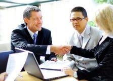 Geschäftsleute, welche die Hände, ein Treffen oben beendend rütteln Lizenzfreies Stockbild